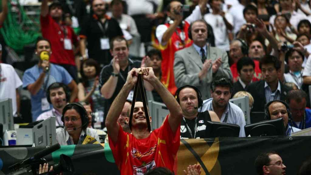 Carlos Jiménez con el oro del Mundial de Japón 2006.