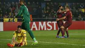 Dzeko celebra su gol ante la decepción de Asenjo y Víctor Ruiz.