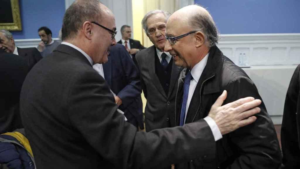 El gobernador del Banco de España, Linde, saluda al ministro de Hacienda, Montoro.