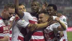 El delantero Adrián Ramos celebra su segundo gol contra el Betis.