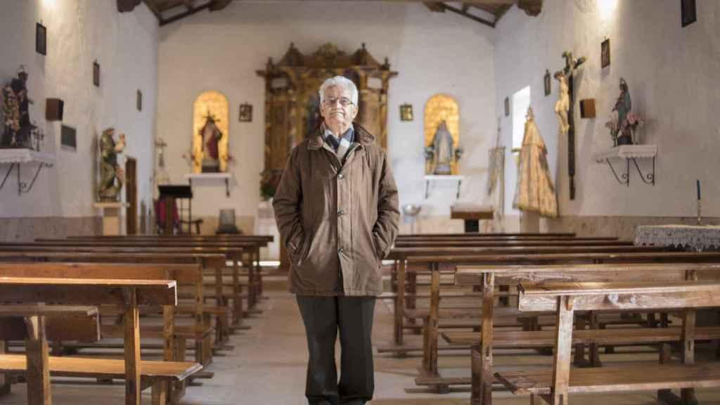 Ricardo Díez tiene las llaves de todas las casas del pueblo, incluso la de la iglesia, que construyó él mismo y en la que toca el órgano los domingos.