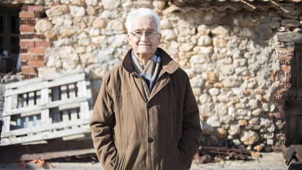 Excepto algunas viviendas que permanecen como recuerdo de lo que Castillejo fue una vez, Ricardo ha conseguido modernizar su pueblo prácticamente al completo.