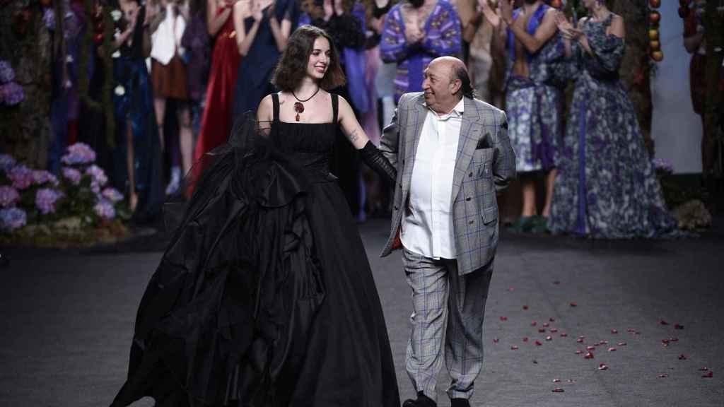 Lucía Tristancho y el diseñador Francis Montesinos cerrando el desfile.