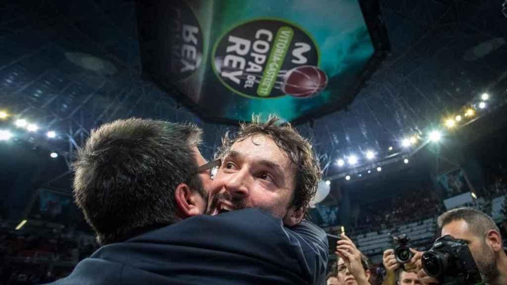 Llull se abraza con Paco Redondo tras su partido.