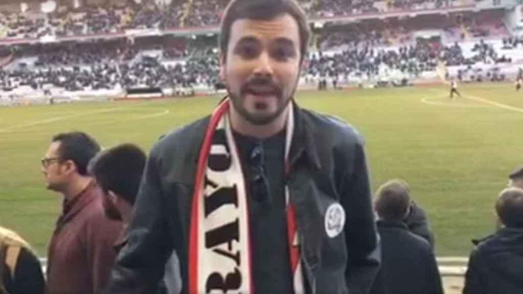 Alberto Garzón en el Estadio de Vallecas.