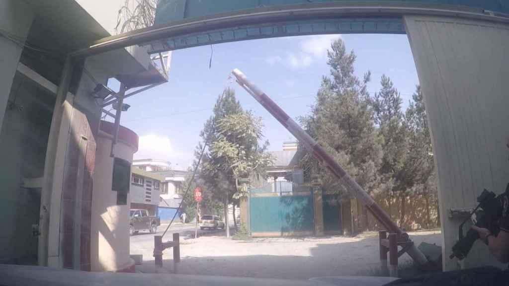 La puerta por la que accedieron los talibán se abría a mano.