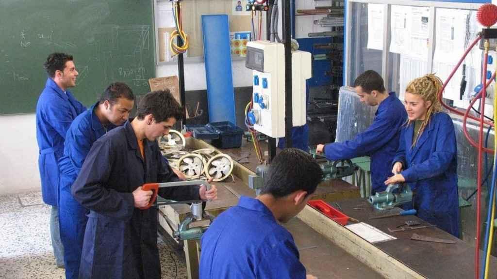 Varios jóvenes en un taller, en una imagen de archivo.