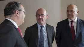 Emilio Saracho, en el centro, presidente del Banco Popular. A la izquierda, el expresidente Ángel Ron y, a la derecha, el exconsejero delegado Pedro Larena.