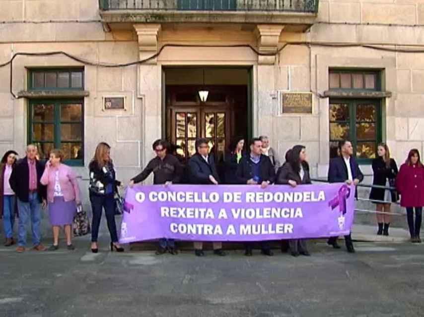 Concentración esta mañana en Redondela para condenar el crimen.