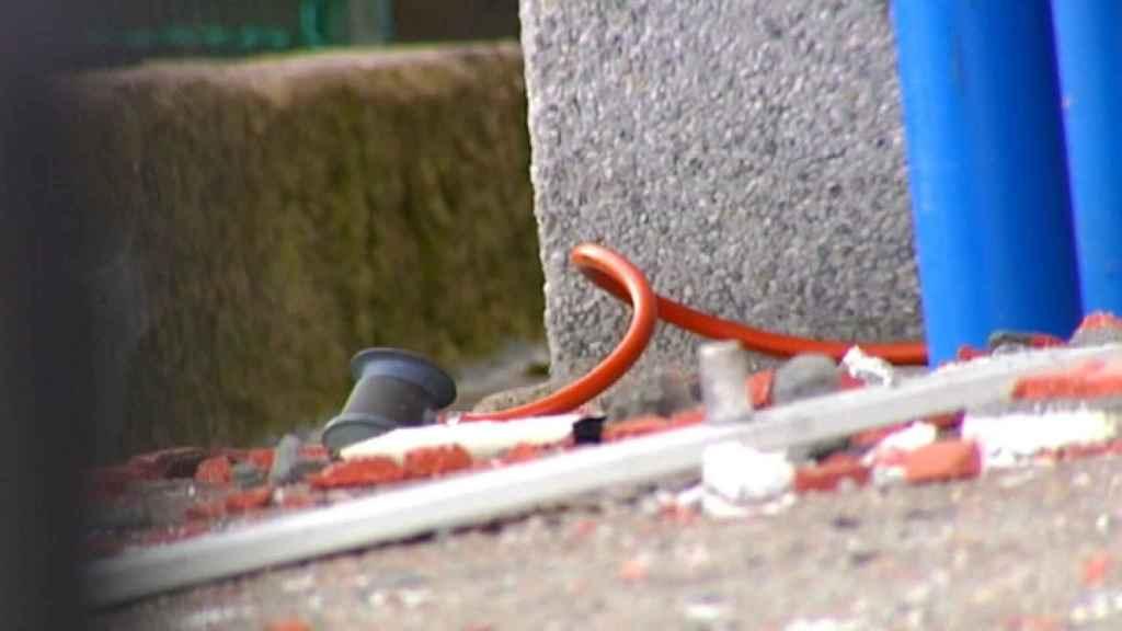 Una de las gomas cortadas por Emilio para provocar la explosión.
