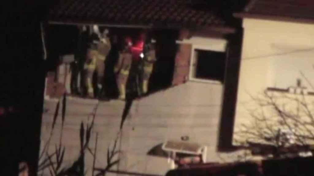 Los bomberos apagando el incendio en la casa de María José.