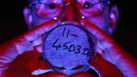 Un científico busca yodo en una muestra de aire.