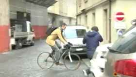 Momento en el que Iñaki Urdangarin salía de su domicilio montado en bici.