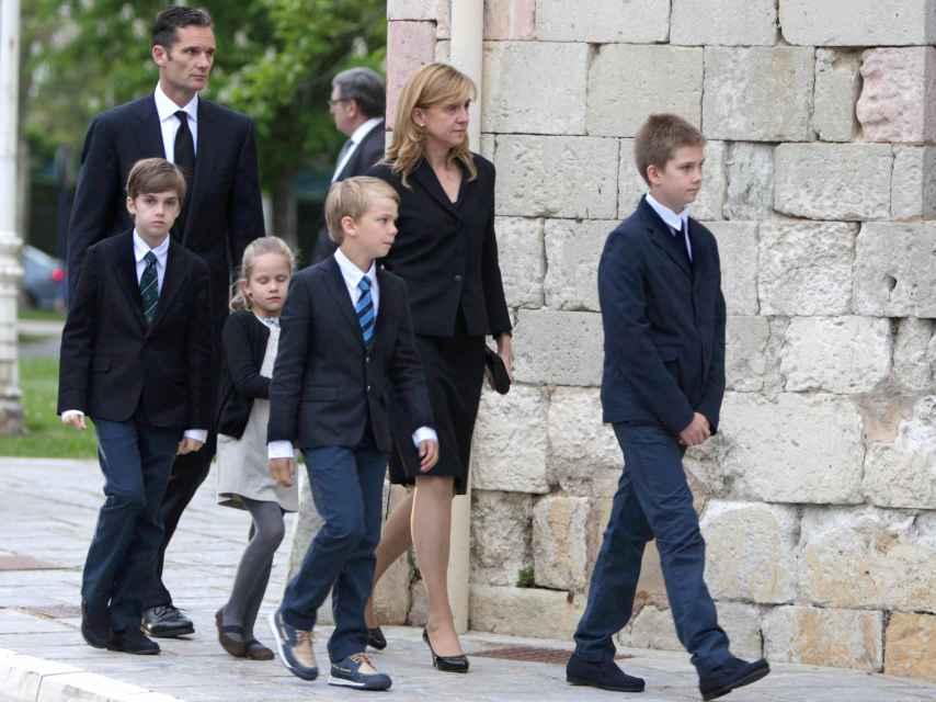 Los ex duques de Palma y sus hijos, en Vitoria en el funeral del padre de Iñaki Urdangarin