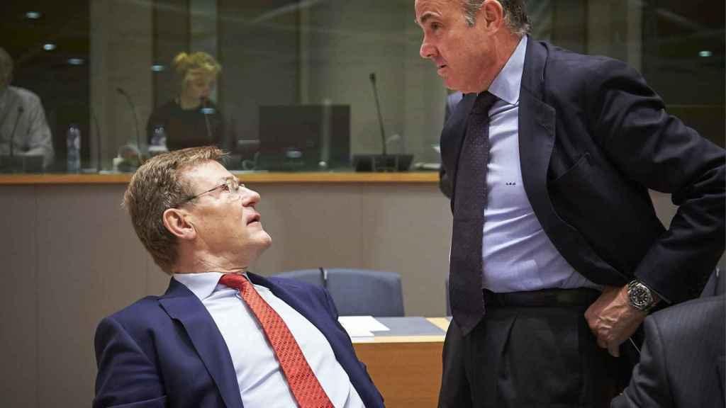 Guindos conversa con su homólogo belga durante el Ecofin