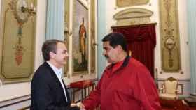 Zapatero saluda a Nicolás Maduro en el Palacio de Miraflores.