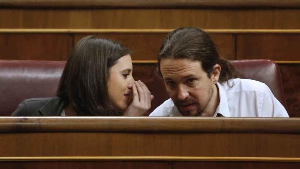 Montero e Iglesias intercambian impresiones entre susurros en el Congreso de los Diputados.