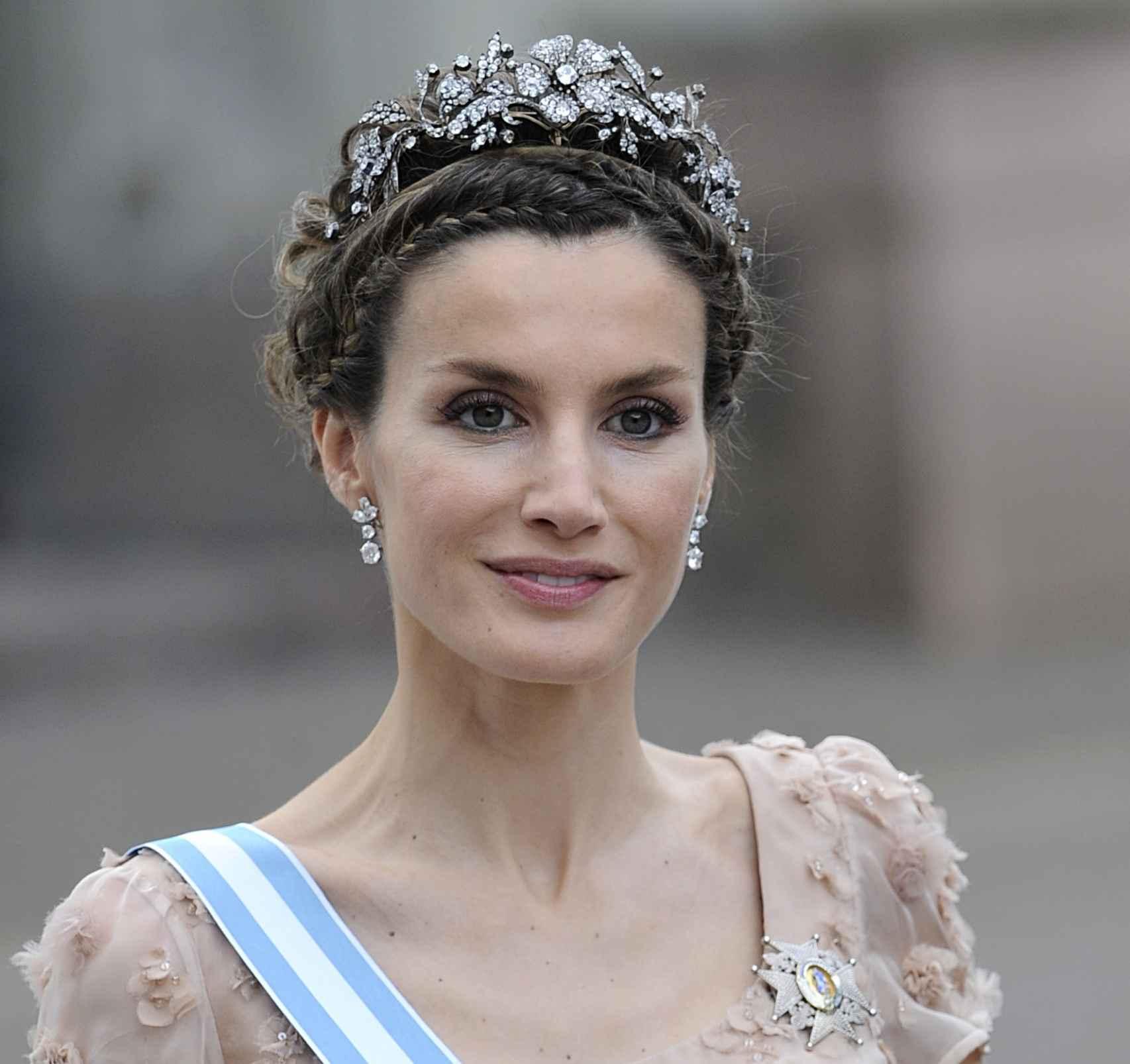 La reina con la tiara floral en la boda de Victoria de Suecia en 2010.
