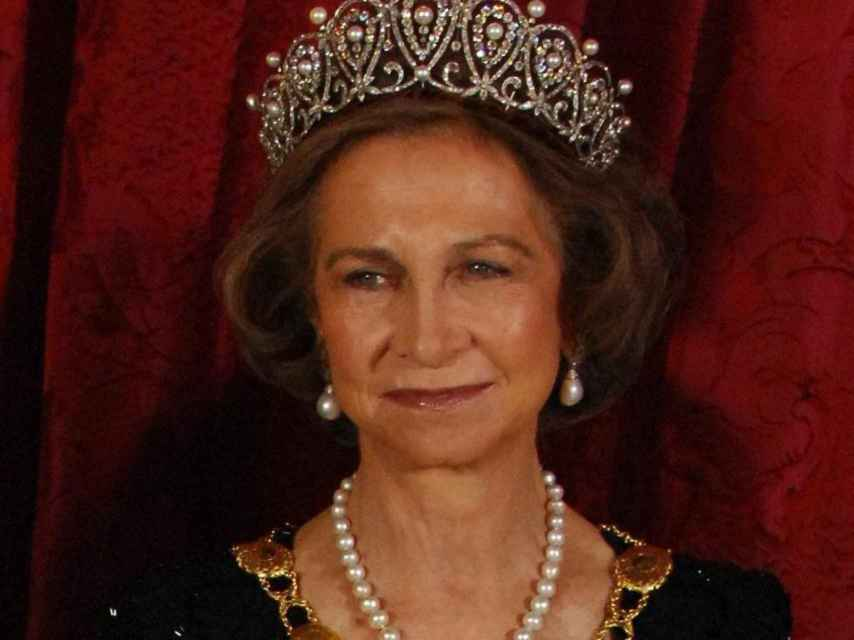 La reina Sofía con la tiara Rusa sobre su cabeza.