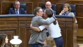 El célebre beso de Iglesias y Domènech en el debate de investidura.