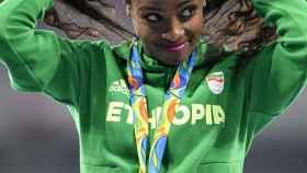 Genzebe Dibaba, en el podio de los 1.500 metros femeninos en Río 2016.