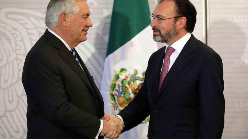 Tillerson y Videgaray estrechan las manos  antes de su reunión