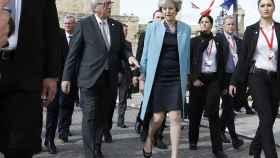 May y Juncker conversan en la reciente cumbre de Malta