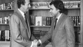 El rey Juan Carlos saluda a Felipe González.