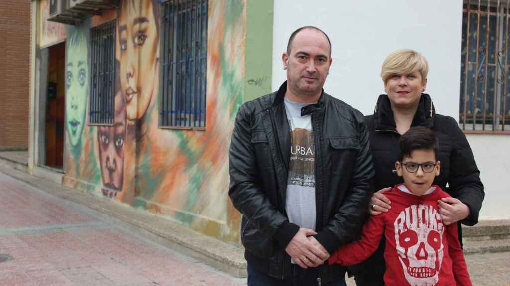 Miguel, junto a sus padres Alberto y Arantxa en la ludoteca.