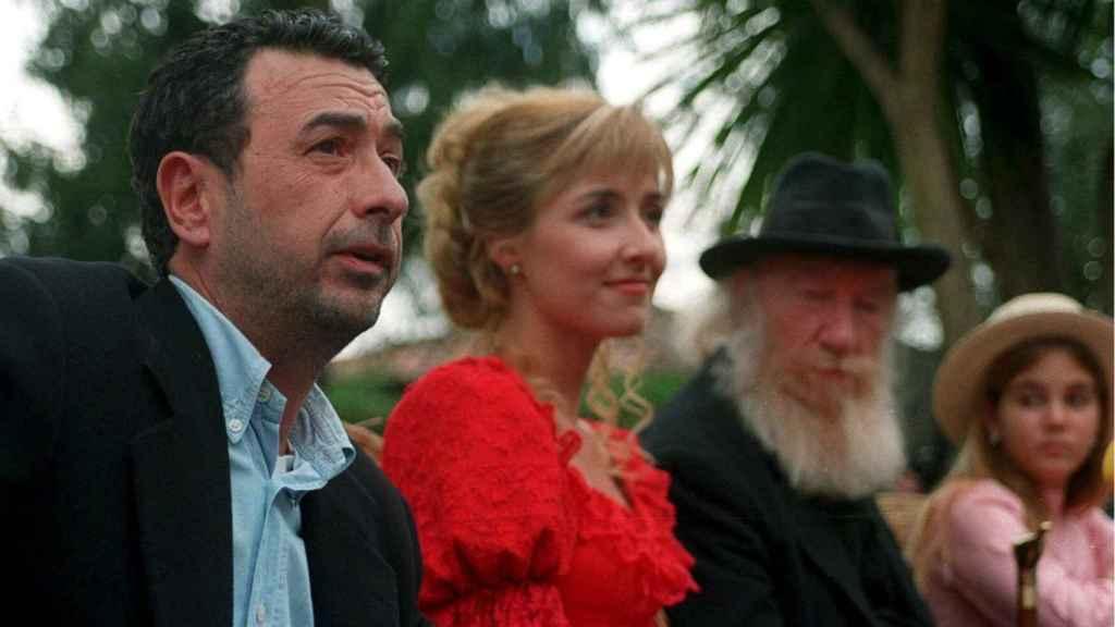 Garci junto a Cayetana en el rodaje de El Abuelo, en 1998.