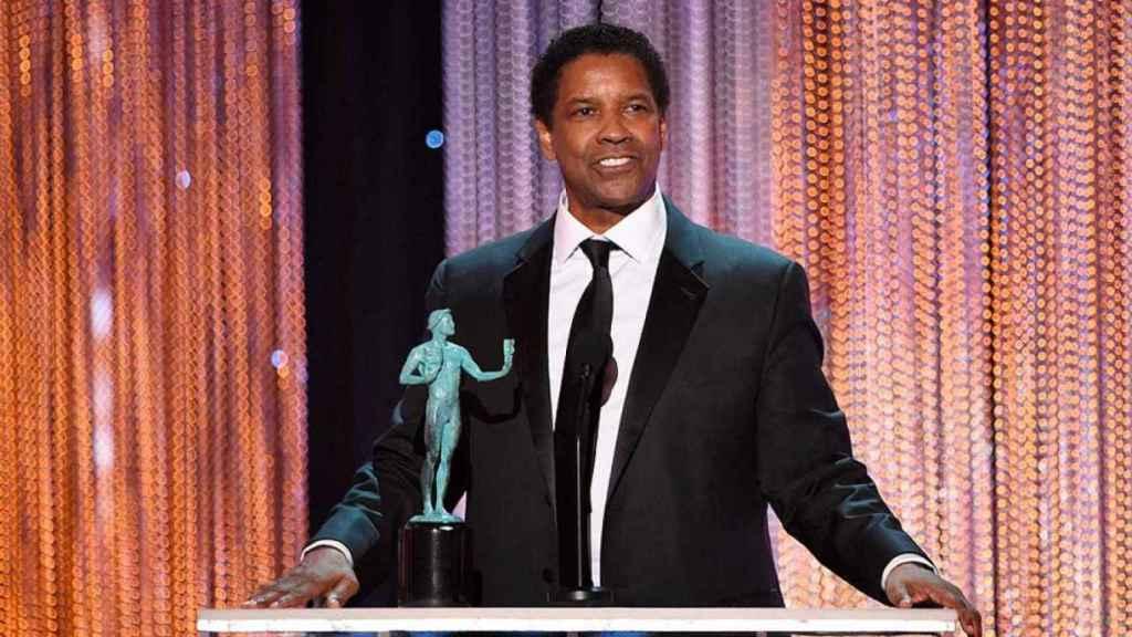 Denzel Washington con su premio del Sindicato de Actores.