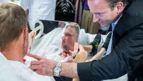 Andy Sandness se mira al espejo por primera vez desde su trasplante.