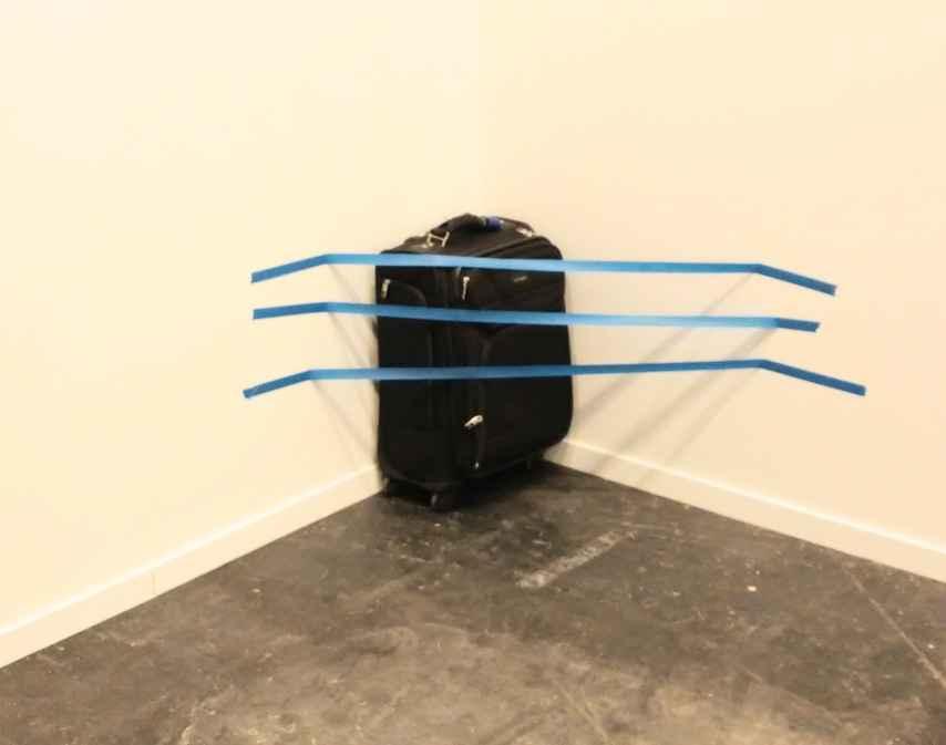 ¿La maleta olvidada en una esquina u obra de arte?