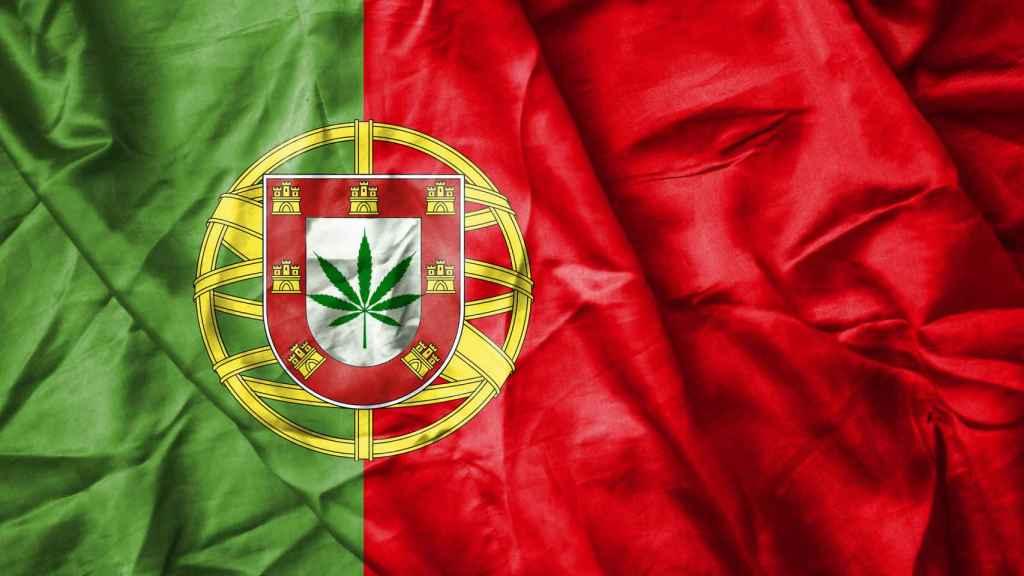 Recreación de la bandera portuguesa con una planta de cannabis.