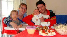 La pareja posaba con sus hijos durante una comida.
