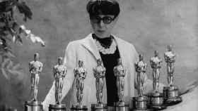 La diseñadora Edith Head, con sus ocho Oscar al Mejor Diseño de Vestuario, ostenta el récord.
