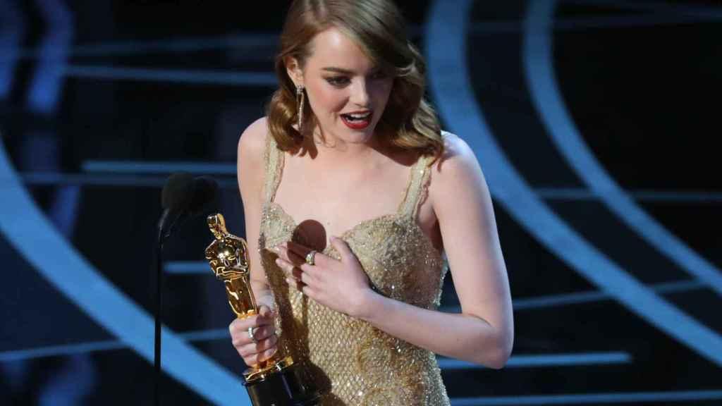Emma Stone, con su estatuilla.