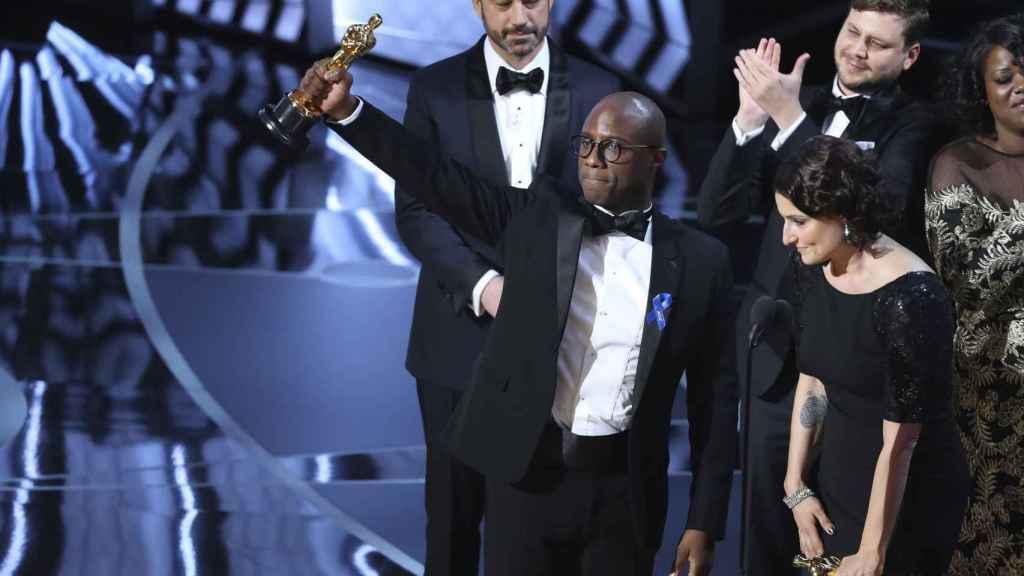 Barry Jenkins celebra el premio a la Mejor película para Moonlight.