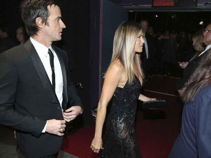 Jennifer Aniston llega a la ceremonia junto a su marido Justin Theroux.