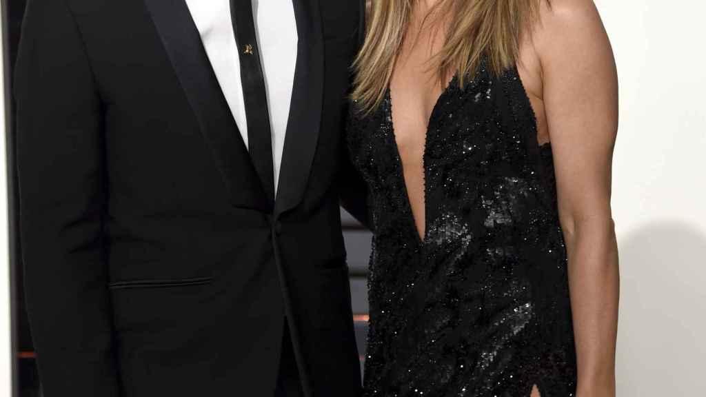 Jennifer Aniston, con su vestido y sus exclusivas joyas, posa junto a su marido