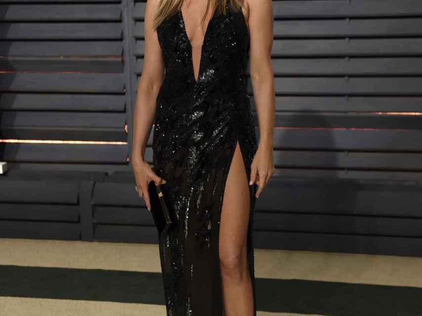 Jennifer Aniston posa con el elegante vestido negro que lució en los Oscar.