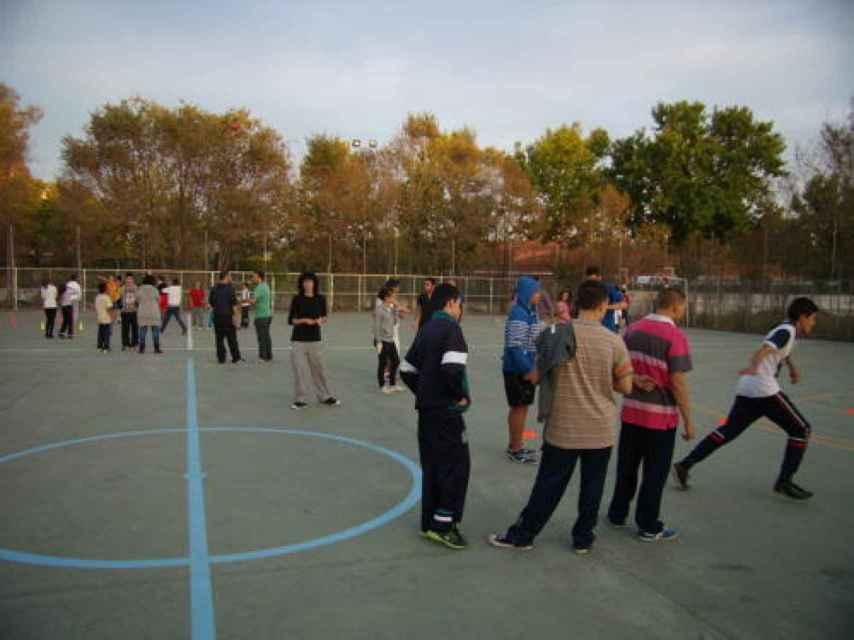 Niños de etnia gitana practican deporte.
