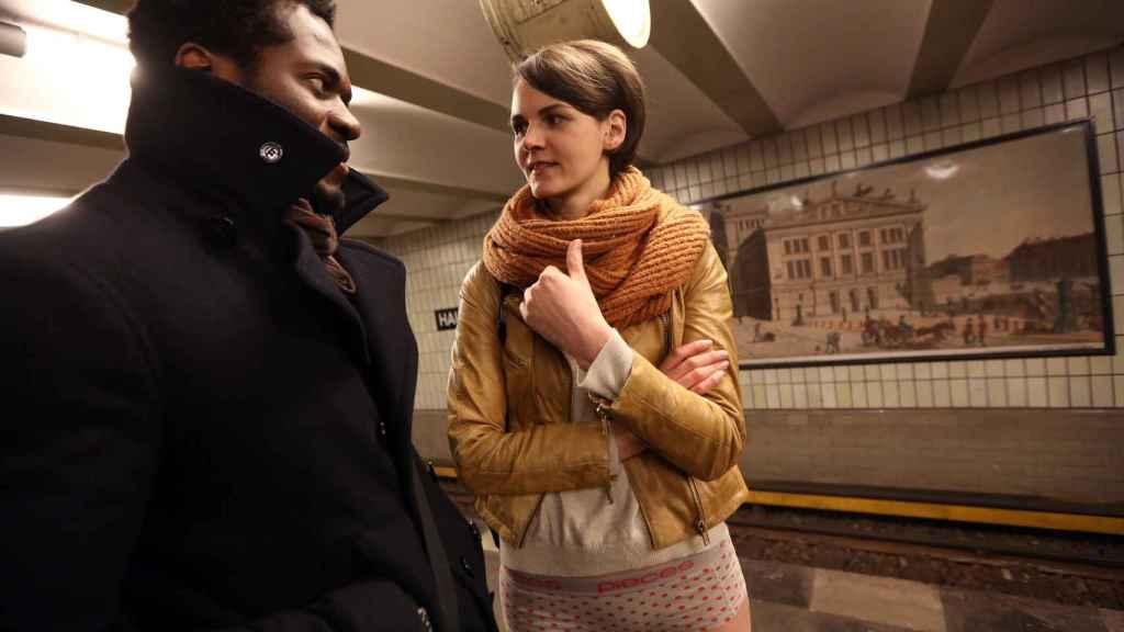 Un chico y una chica se miran en el metro de Berlín.