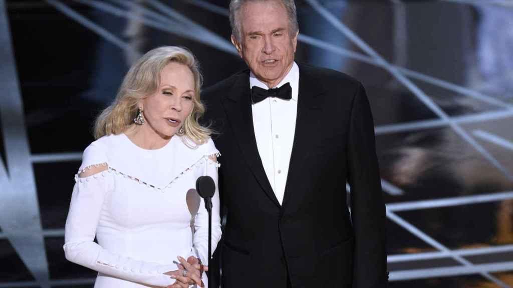 Warren Beatty y Faye Dunaway en la entrega de los Premios Oscar.