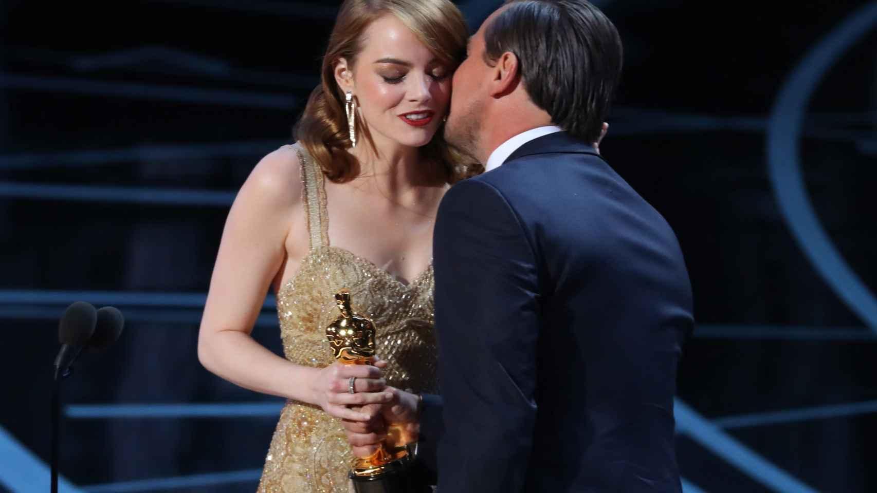 Emma Stone felicitada por Leonardo DiCaprio por su premio a la Mejor actriz.