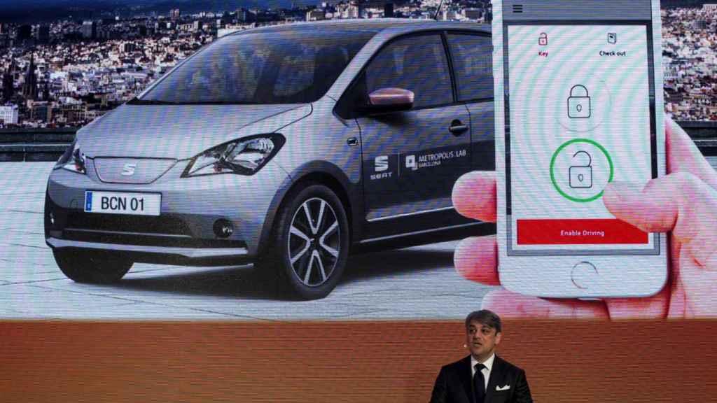 El presiddente de SEAT, Luca di Meo, durante la rueda de prensa que ha ofrecido hoy en la primera jornada del Mobile World Congress (MWC)