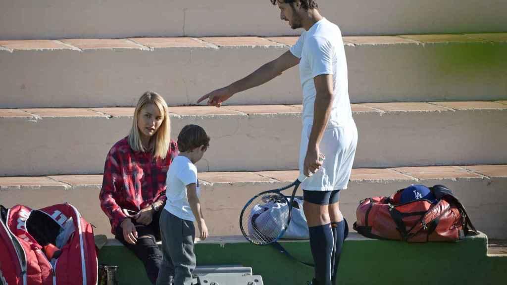 Alba Carrillo con Feliciano en un entrenamiento de tenis en diciembre de 2015.