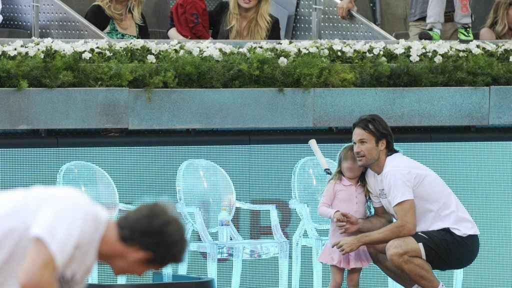 Carlos Moyá en pleno torneo de tenis bajo la atenta mirada de su mujer Carolina y sus hijos.
