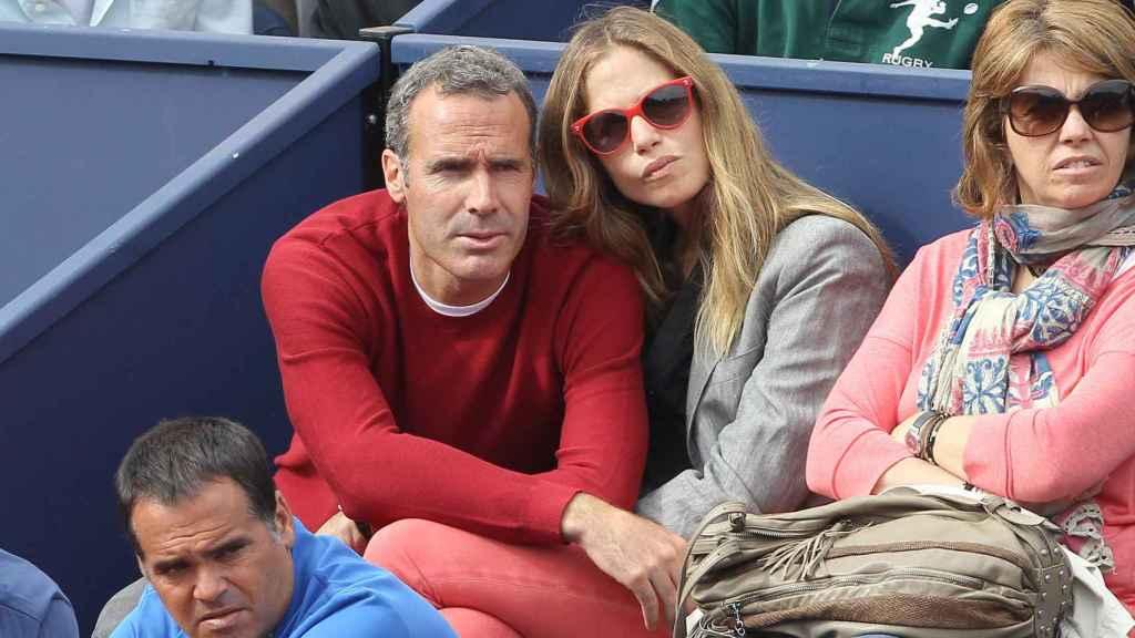 Álex Corretja y Martina Klein en las gradas del torneo de tenis Conde de Godó 2012.