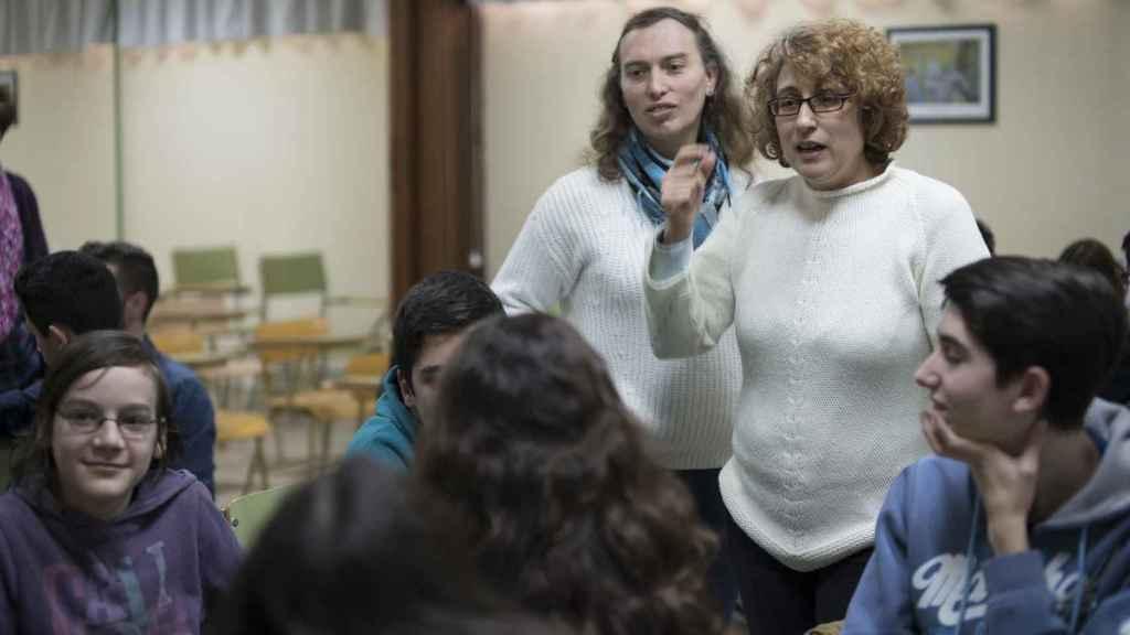 Los docentes apoyan a los alumnos en las actividades programadas para una hora de clase
